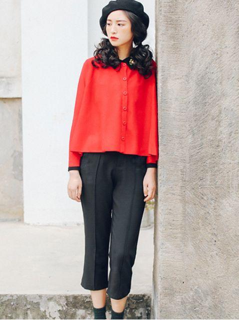 大气时尚搭配 大红色斗篷外套搭配黑色七分阔腿裤